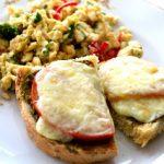 Sandwich-uri cu pesto, mozzarella si rosii