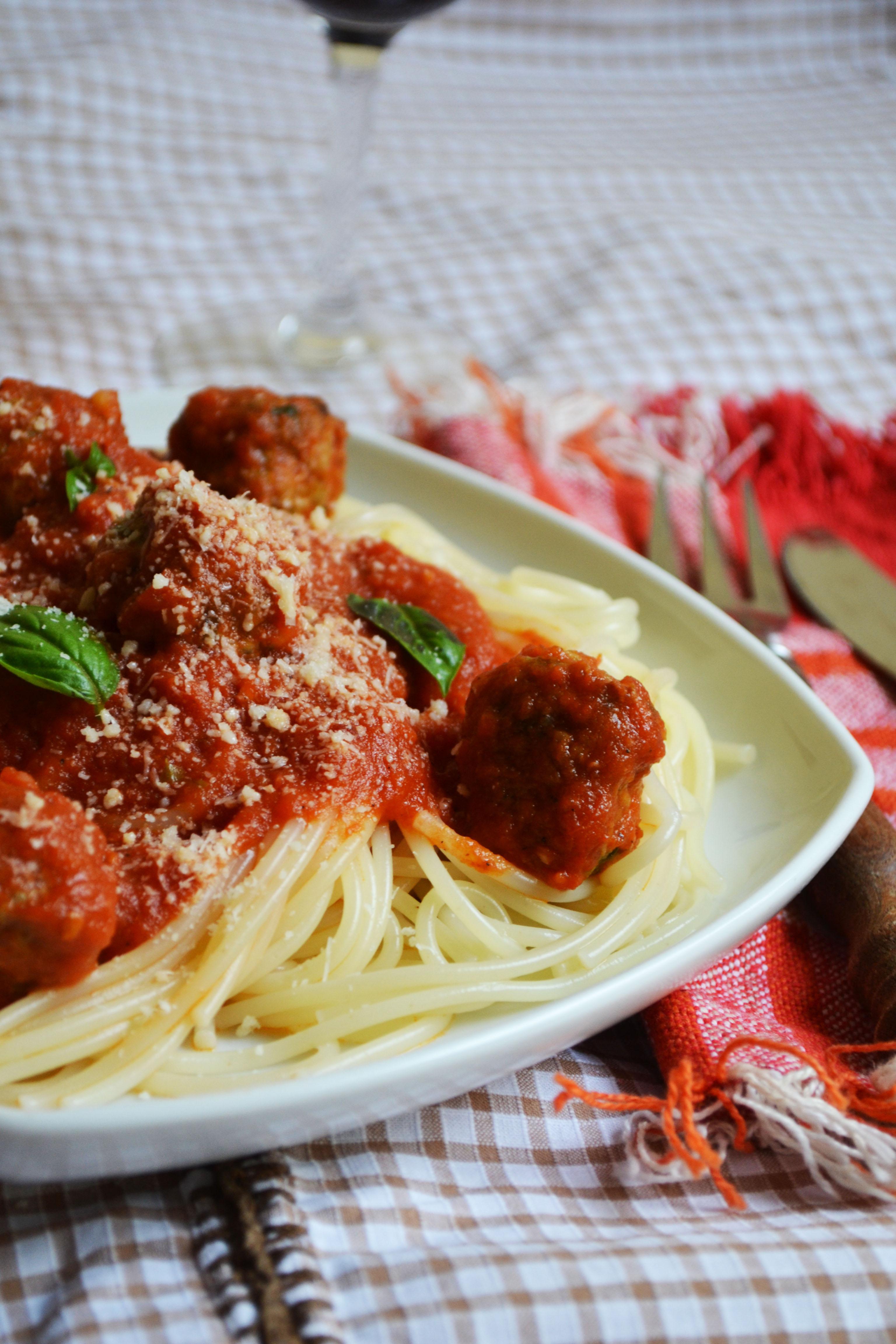 spaghetti cu sos de rosii si chiftelute