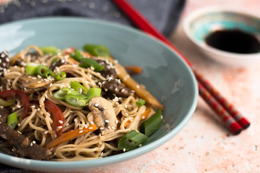 Mancarea chinezeasca cu vita, legume si taietei
