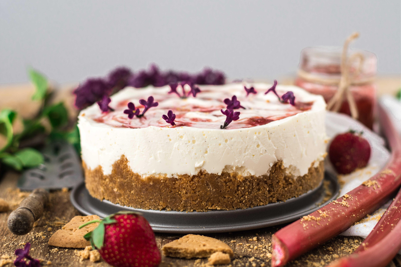 Cheesecake cu dulceata de rubarba si capsuni