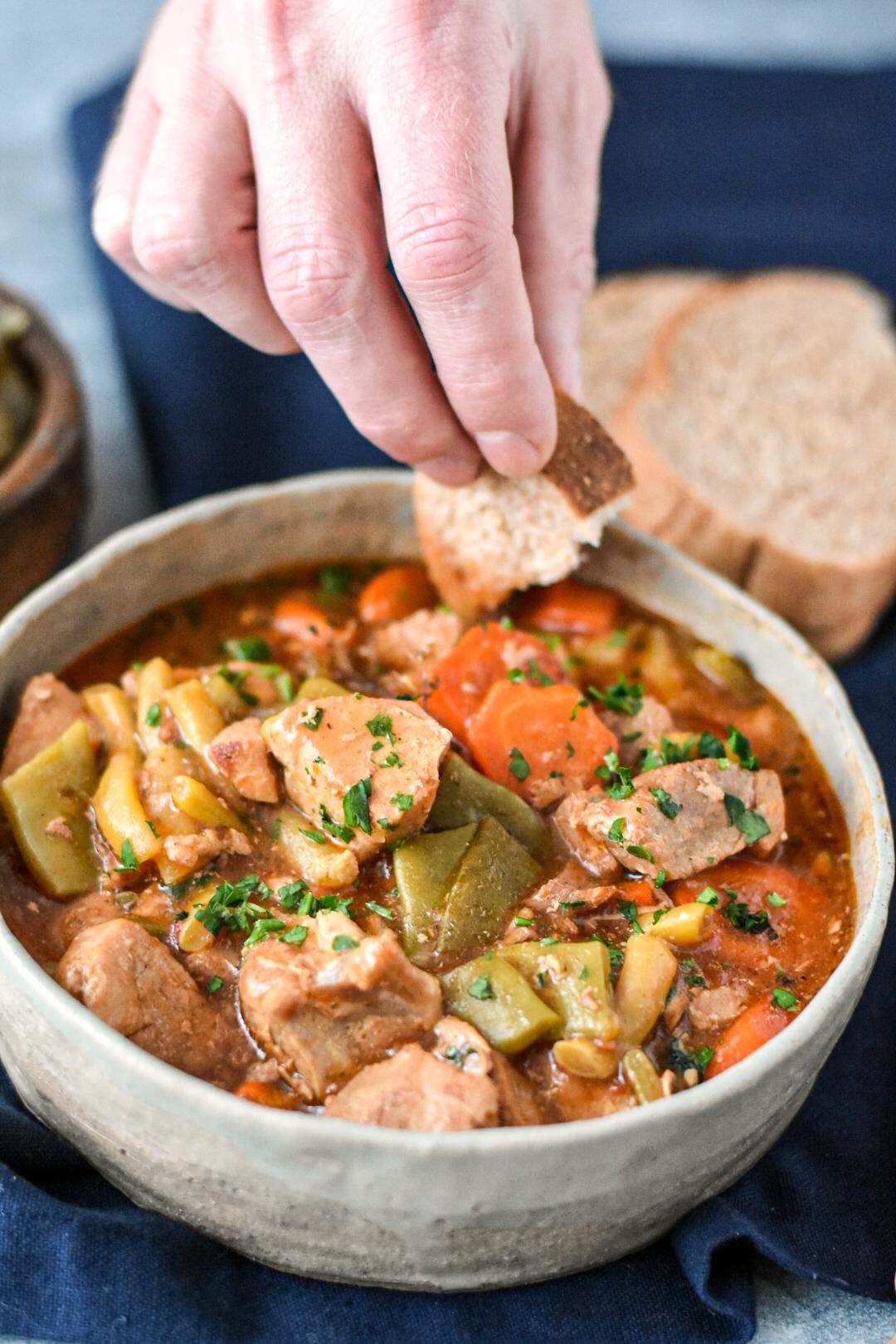 Tocana porc cu legume la slow cooker
